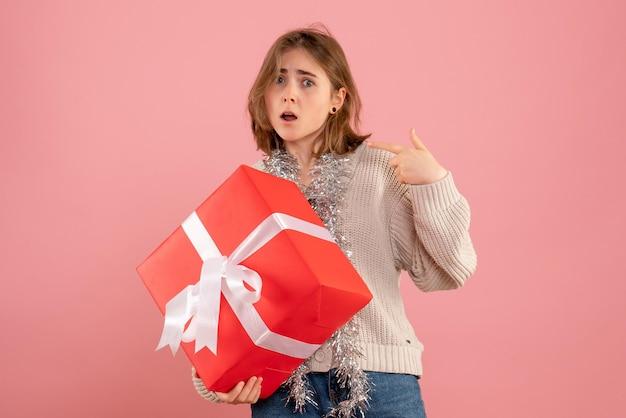 크리스마스 선물을 들고 전면보기 젊은 여성