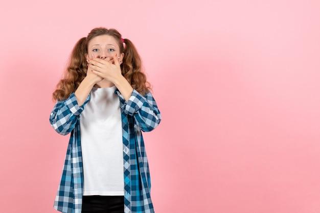 파란색 체크 무늬 셔츠에 분홍색 벽에 입을 잡고 있는 전면 보기 젊은 여성 여자 감정 여자 색상 모델 패션