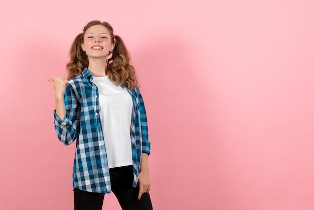 분홍색 배경에 포즈 파란색 체크 무늬 셔츠에 전면보기 젊은 여성 아이 청소년 감정 모델 패션 여자 색상