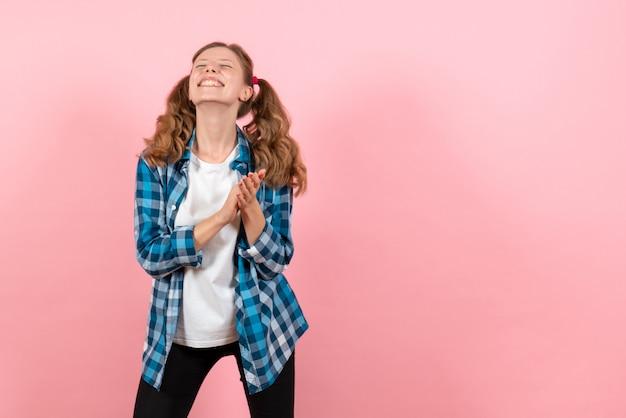 분홍색 배경 여자 감정 소녀 패션 컬러 모델에 포즈 파란색 체크 무늬 셔츠에 전면보기 젊은 여성