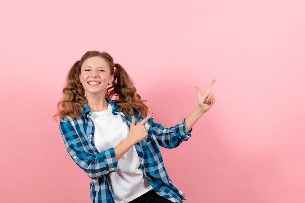 파란색 체크 무늬 셔츠에 전면보기 젊은 여성 분홍색 배경에 웃는 포즈 여자 감정 여자 색상 모델 패션