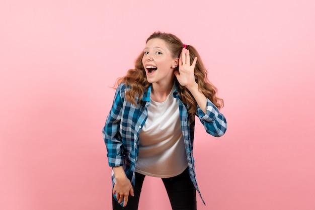 분홍색 배경에 미소로 포즈를 취하는 파란색 체크 무늬 셔츠에 전면보기 젊은 여성 여자 감정 모델 패션 여자 색상
