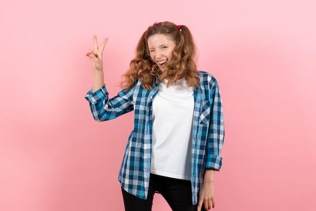 분홍색 배경에 행복 한 표정으로 파란색 체크 무늬 셔츠에 전면보기 젊은 여성 여자 감정 모델 패션 여자 색상