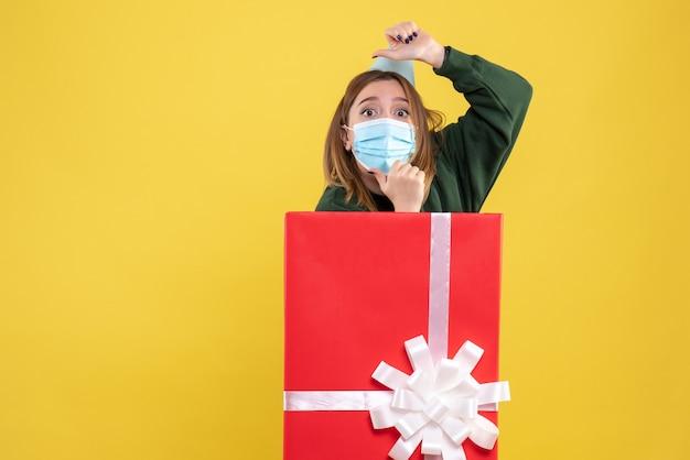 プレゼントボックス内のマスクの正面図若い女性