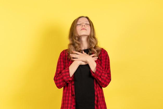 노란색 배경 인간 소녀 감정 컬러 모델 여자에 닫힌 된 눈으로 포즈 빨간색 체크 무늬 셔츠에 전면보기 젊은 여성