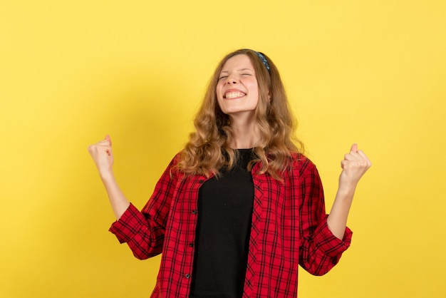 빨간색 체크 무늬 셔츠에 전면보기 젊은 여성 서 노란색 배경에 기쁨 여자 인간의 색상 모델 여자