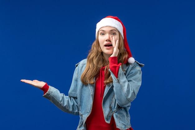 파란색 배경 크리스마스 감정 색상에 빨간 크리스마스 모자에 전면보기 젊은 여성