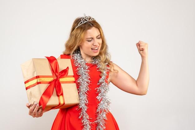 크리스마스 선물을 들고 빨간 드레스에 전면보기 젊은 여성
