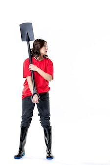 정면도 젊은 여성 흰색 바탕에 검은색 삽을 들고 빨간 셔츠를 입은 젊은 여성 흙 작업 여성 직업 묘지 감정 자연