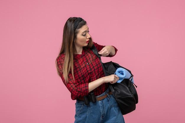 분홍색 배경 여자 사진 모델에 가방과 빨간 셔츠에 전면보기 젊은 여성