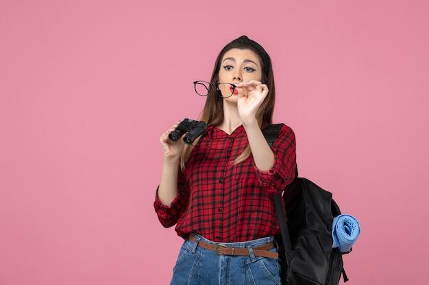 분홍색 바닥 여자 사진 모델에 쌍안경으로 빨간 셔츠에 전면보기 젊은 여성