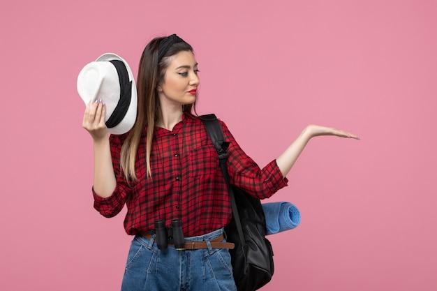 분홍색 배경에 모자와 빨간 셔츠에 전면보기 젊은 여성 인간의 여자 색상