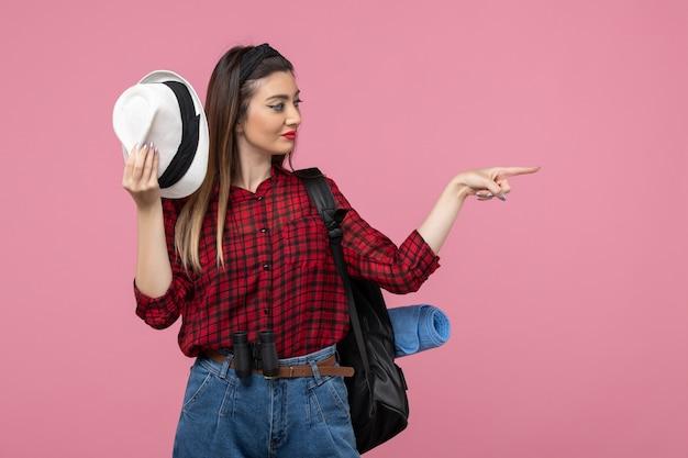 분홍색 배경 인간 여자 색상에 모자와 빨간 셔츠에 전면보기 젊은 여성