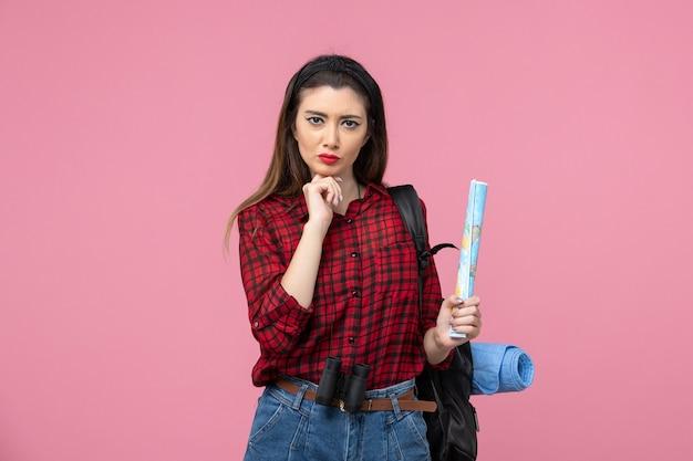 분홍색 배경 색상 여자 패션에지도와 빨간 셔츠에 전면보기 젊은 여성