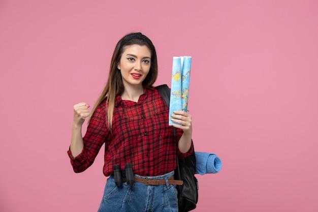 분홍색 배경 색상 패션 여자에지도와 빨간 셔츠에 전면보기 젊은 여성