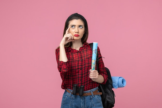 분홍색 배경 색상 여성 패션에지도와 빨간 셔츠에 전면보기 젊은 여성