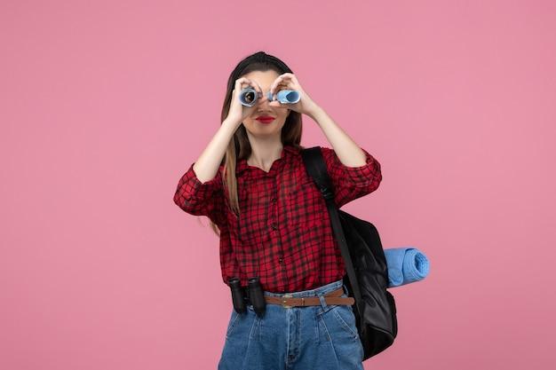 핑크 책상 여자 패션 색상에지도와 빨간 셔츠에 전면보기 젊은 여성