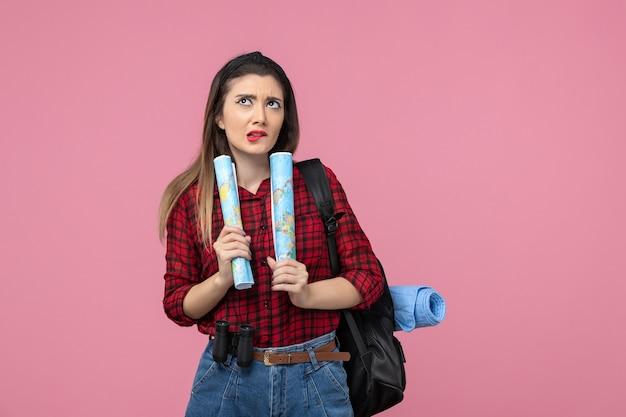 분홍색 배경 색상 여자 인간에지도와 빨간 셔츠에 전면보기 젊은 여성
