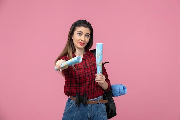 핑크 책상 색상 여자 인간에지도와 빨간 셔츠에 전면보기 젊은 여성