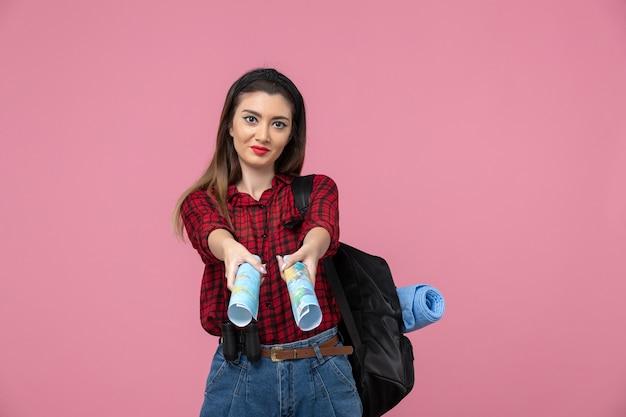 분홍색 바닥 색상 여자 인간에지도와 빨간 셔츠에 전면보기 젊은 여성