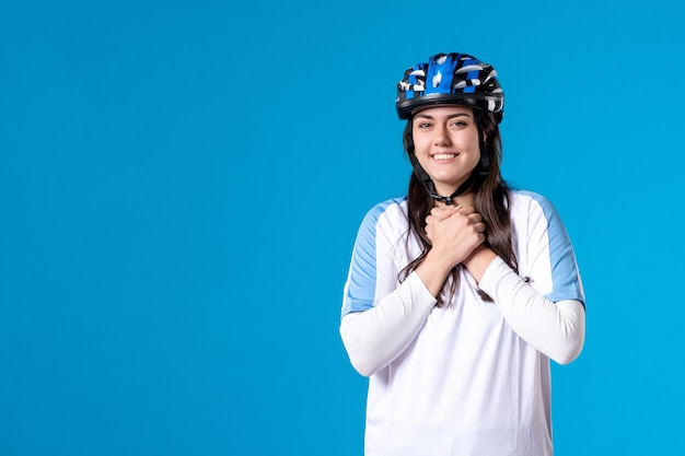 파란색 벽에 헬멧 스포츠 옷 전면보기 젊은 여성