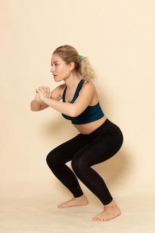 運動をしているスポーツ服の若い女性の正面図