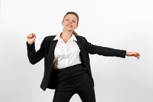Вид спереди молодая женщина в строгом классическом костюме и зевая на белом фоне, женщина, работа, деловой костюм, работа, женщина