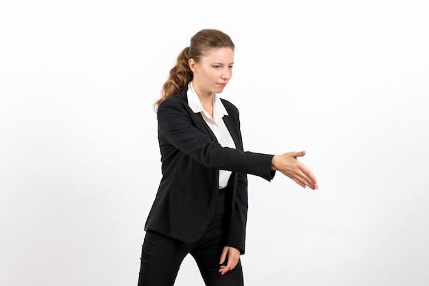 Вид спереди молодая женщина в строгом классическом костюме приветствует кого-то на белом фоне деловая женщина работает женский рабочий костюм