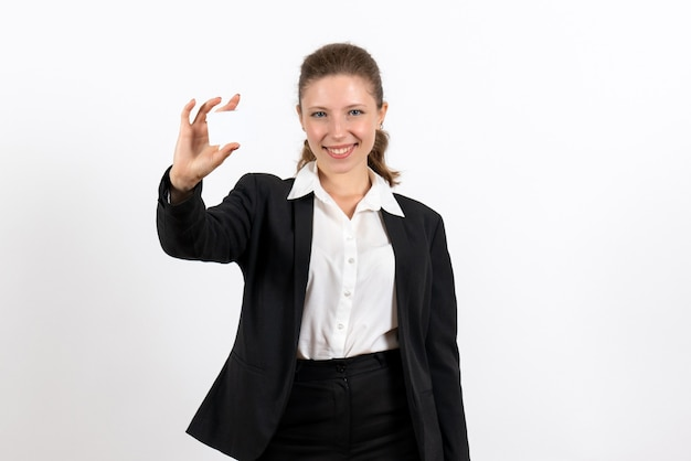 Вид спереди молодая женщина в строгом классическом костюме, держащая карточку на белом фоне, работа, бизнес, женский рабочий костюм, женщина