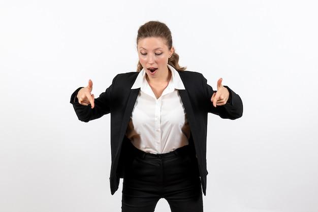 Вид спереди молодая женщина в строгом классическом костюме позирует на белом фоне костюм женщина бизнес работа женская работа