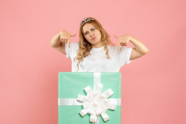 Вид спереди молодая женщина в синей настоящей коробке
