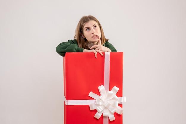 Вид спереди молодая женщина внутри настоящего коробки мышления