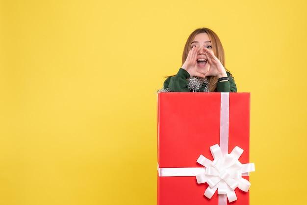 プレゼントボックスの呼び出し中の正面図若い女性 無料写真
