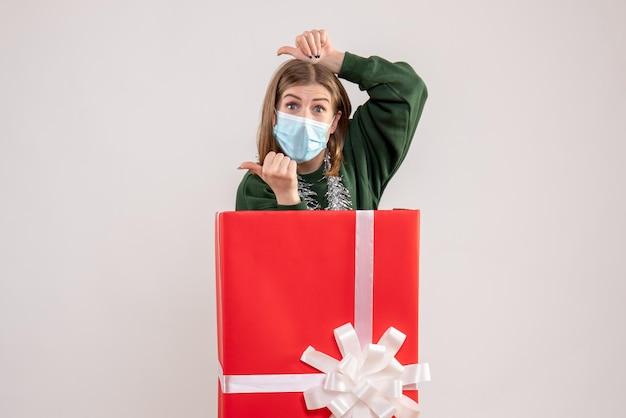 マスクのプレゼントボックス内の正面図若い女性