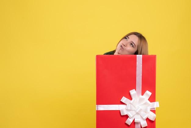 선물 상자 생각 안에 전면보기 젊은 여성