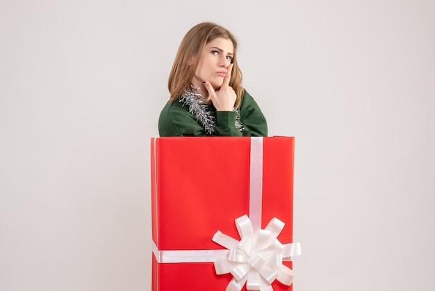 선물 상자 안에 전면보기 젊은 여성