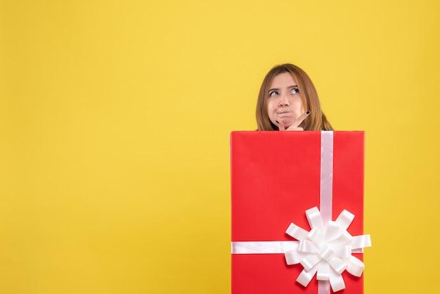 プレゼントボックス内の正面図若い女性