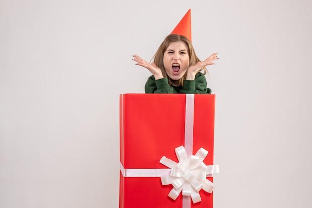 赤いプレゼントボックス内の正面図若い女性