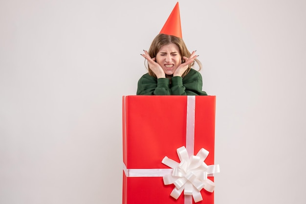 빨간색 선물 상자 안에 전면보기 젊은 여성