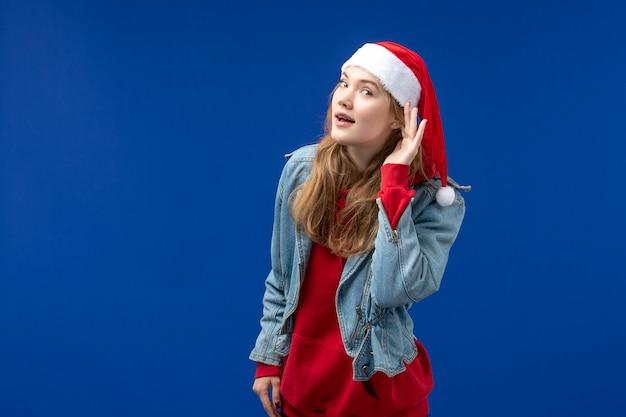 파란색 배경 휴일 크리스마스 감정을 듣고 전면보기 젊은 여성