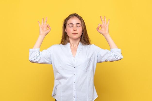 Vista frontale della giovane donna che medita