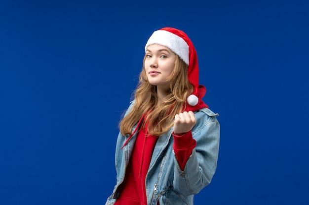 파란색 배경 크리스마스 감정 색상에 전면보기 젊은 여성