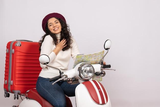 Вид спереди молодая женщина на велосипеде, держащая карту на белом фоне, цвет города, дорога, отпуск, автомобиль, мотоцикл, скорость езды