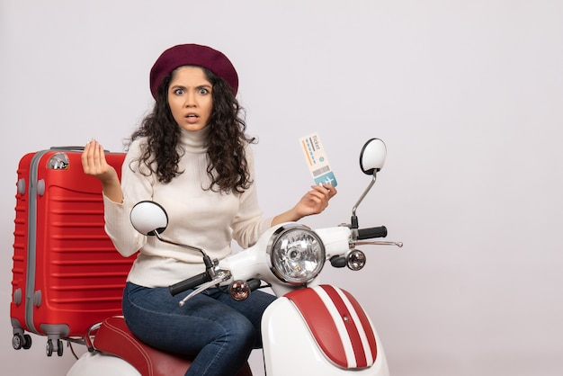 흰색 배경 비행 색상 오토바이 도로 차량 도시 속도에 티켓을 들고 자전거에 전면보기 젊은 여성