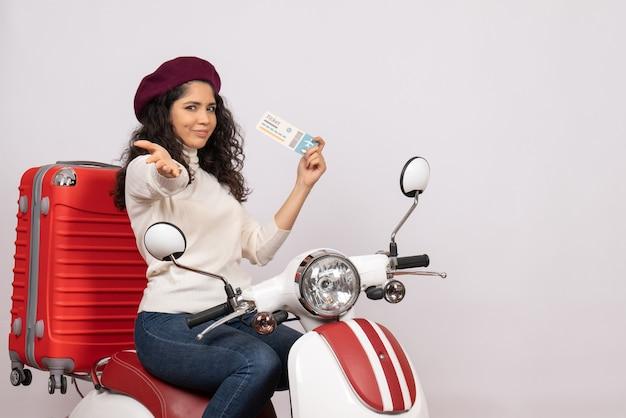 白い背景にチケットを保持している自転車に乗った若い女性の正面図スピード市車オートバイ休暇飛行色の道路