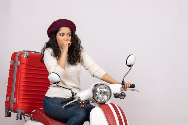 Вид спереди молодая женщина на велосипеде со своей сумкой на белом фоне цветная скорость дороги отпуск автомобиль мотоцикл поездка