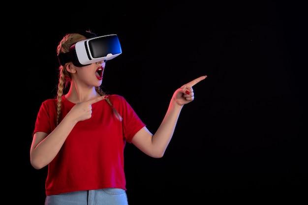 Vista frontale di una giovane donna che gioca a vr su ultrasuoni di gioco visivo fantasy scuro