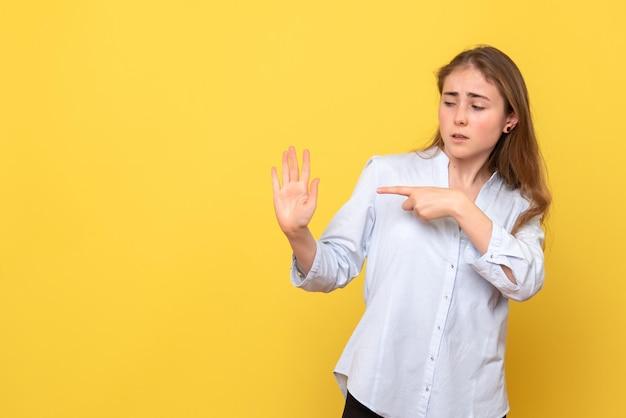 Vista frontale della giovane donna che indica il palmo della mano