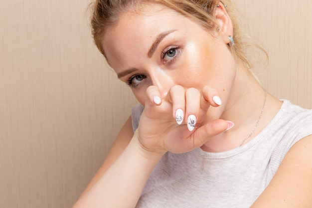 그녀의 손톱을 보여주는 매니큐어 절차 후 포즈 전면보기 젊은 여성 뷰티 레이디 매니큐어 셀프 케어 건강 패션 손톱