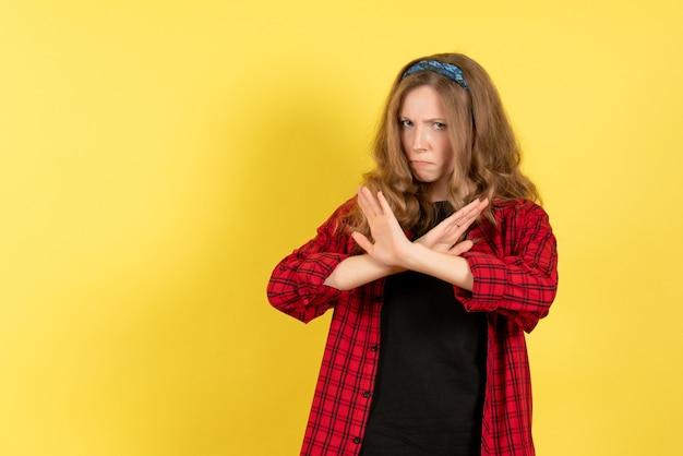 Vista frontale giovane femmina in camicia a scacchi rossa su sfondo giallo colore umano modello donna emozioni
